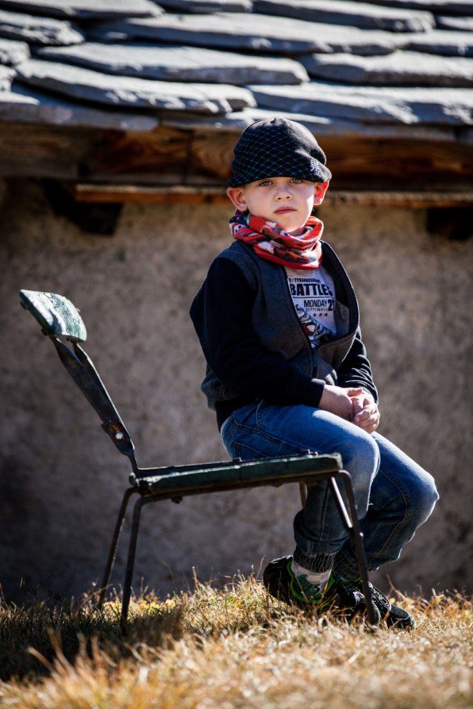 Photo de Lorenzo assis sur un banc